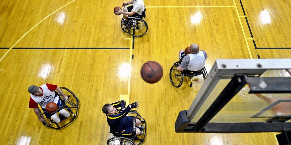 atletas jogando basquete de cadeira de rodas
