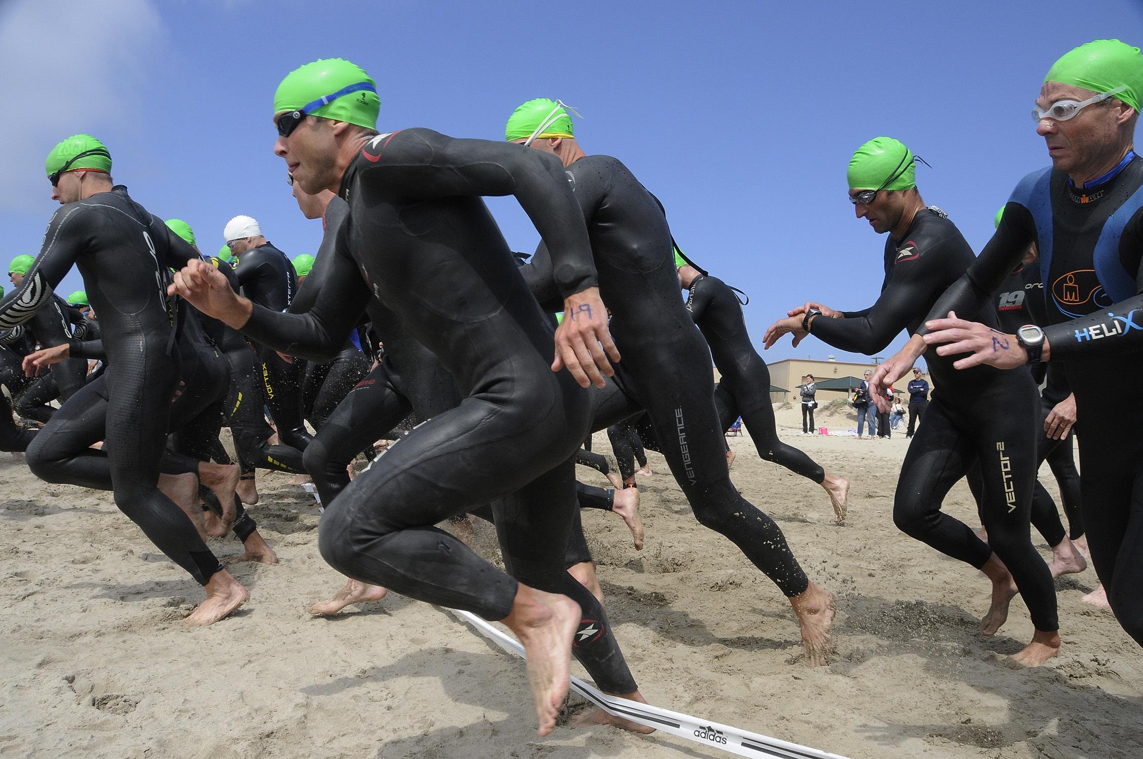 atletas correndo na beira do mar
