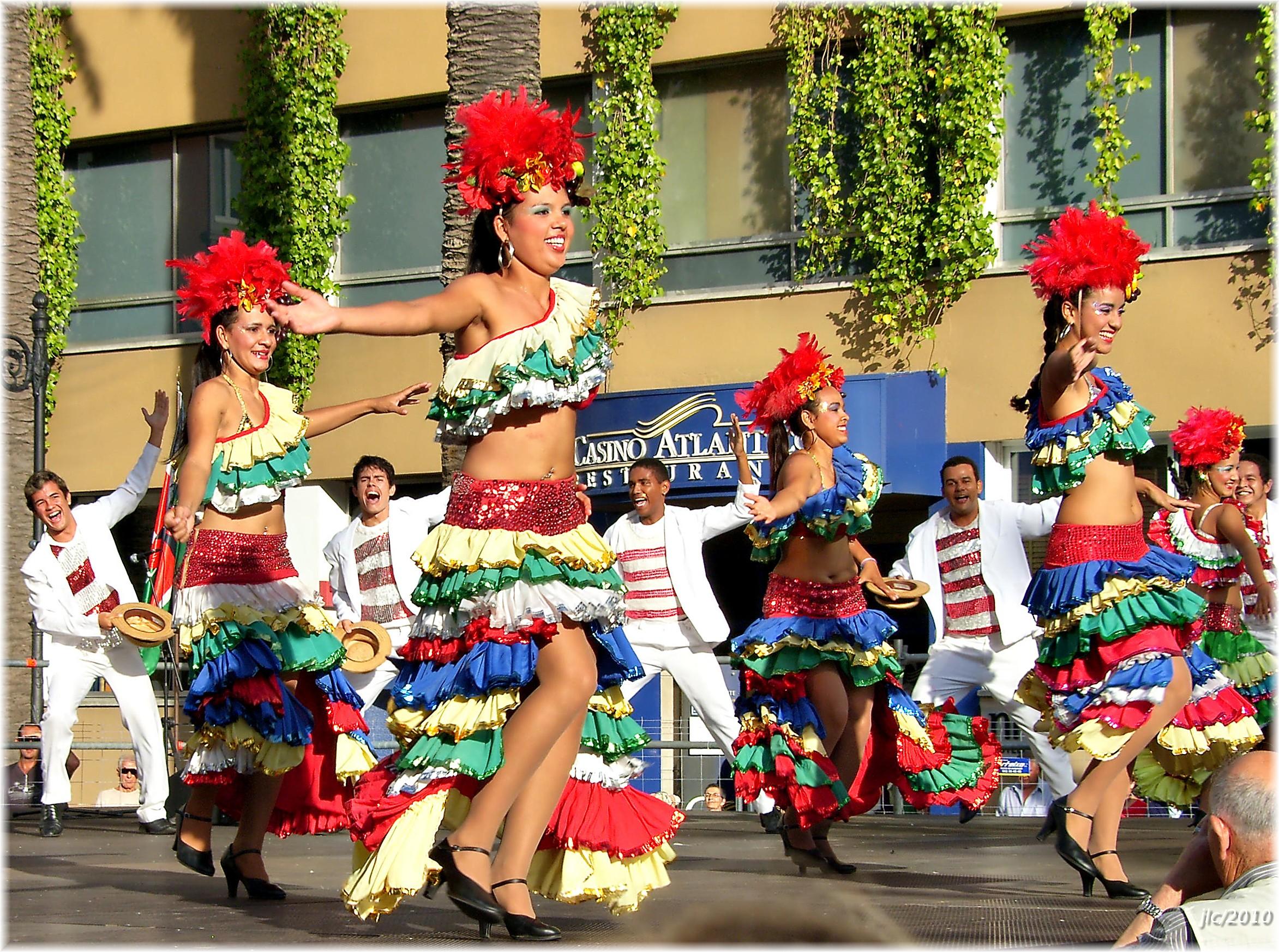 mulheres dançando festa tradicional
