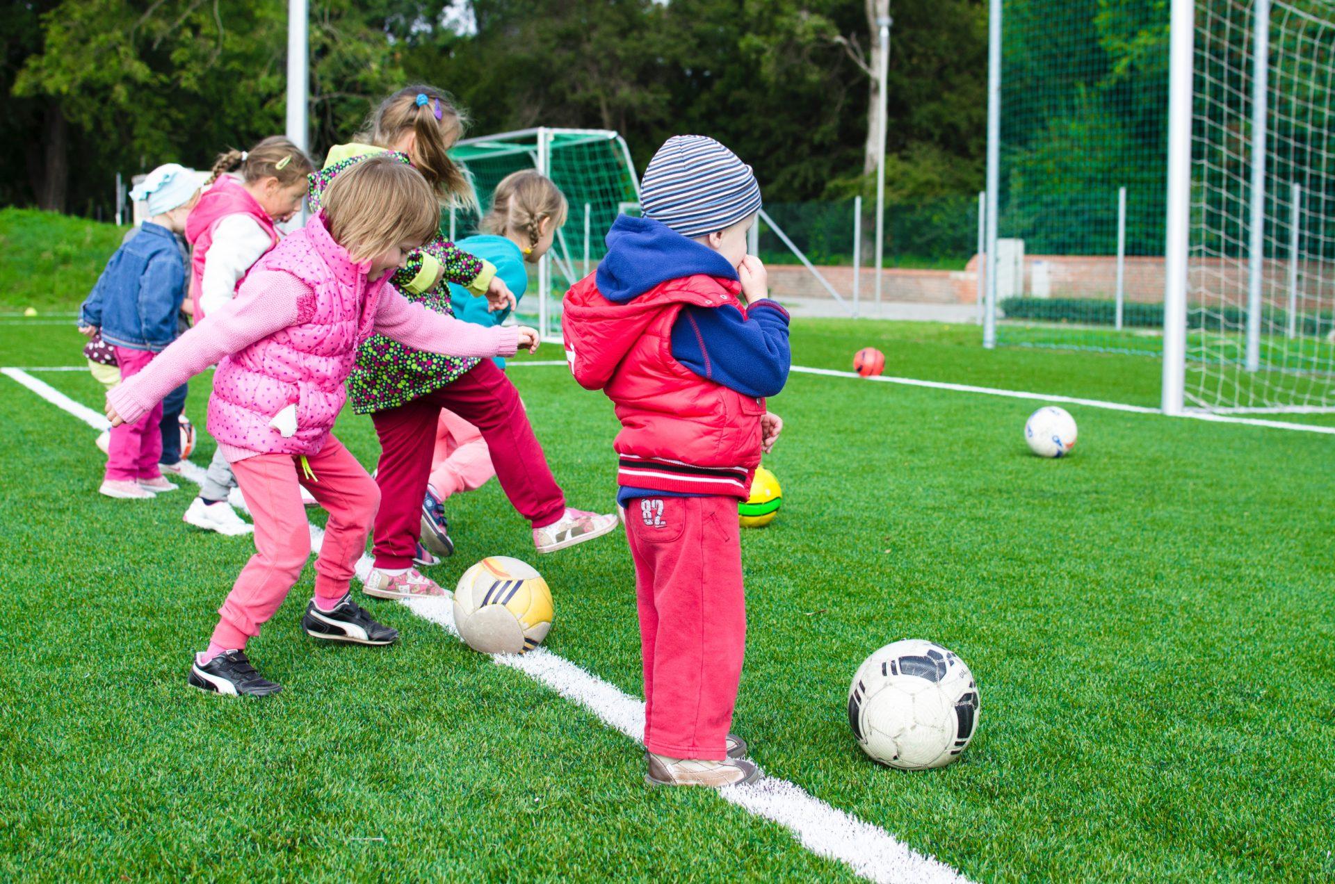 futebol-brincadeira-atividade-esporte-bola