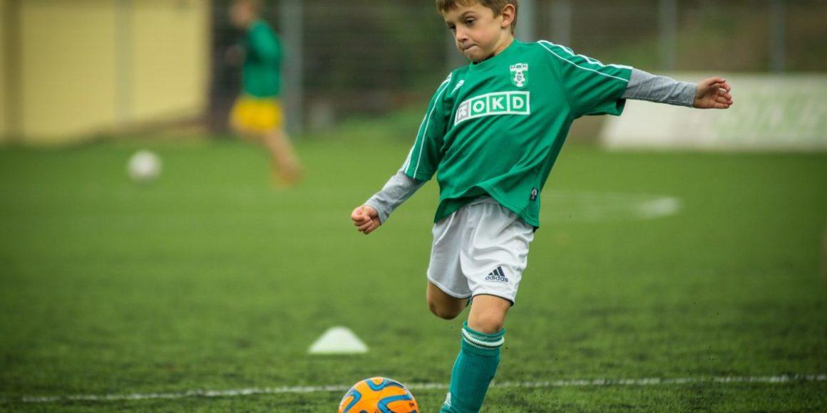 futebol-jogador-bola-criança