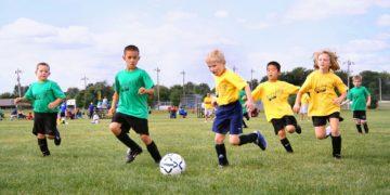 meninos jogando futebol expressões no esporte