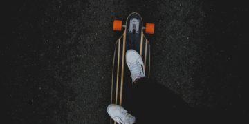 skate-tenis-pavimento