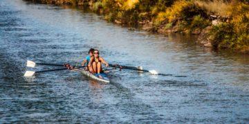 canoagem-mulher-homem-remos-rio-natureza-esporte