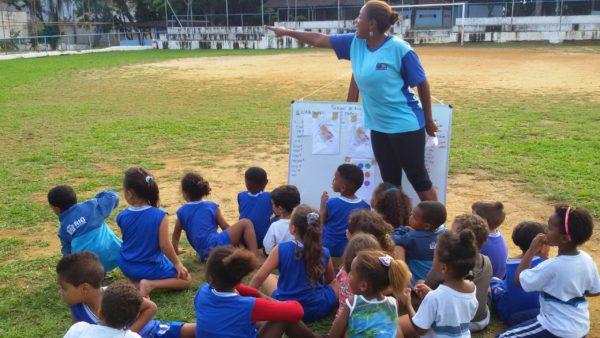 crianças-pátio-professora-esporte-aula