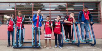 educação-física-meninos-brincando-aparelho-ginástica
