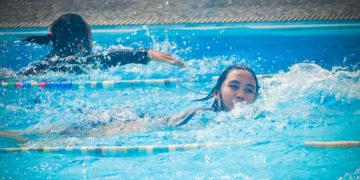 meninas-nadando-piscina-água-natação