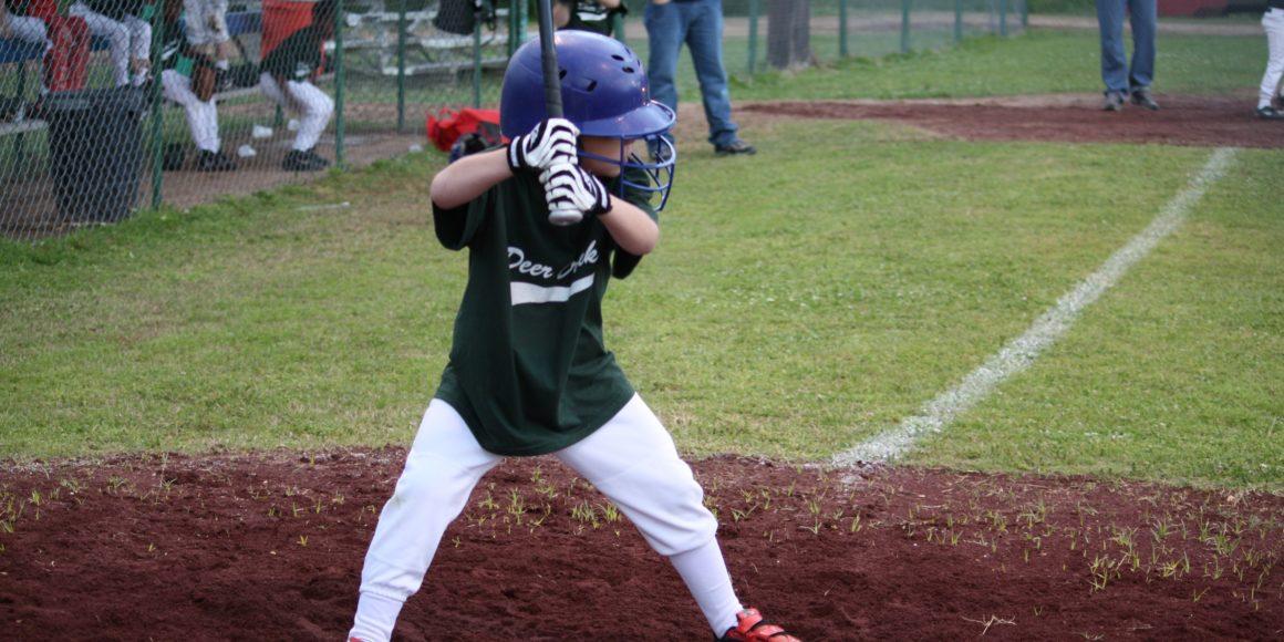 menino-jogando-baseball-campo-taco