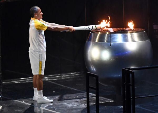 vanderlei-cordeiro-de-lima-acendendo-tocha-olímpica