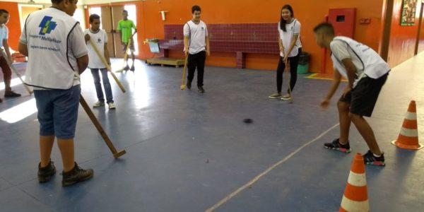 Alunos de Iperó jogam hóquei nas aulas de Educação Física