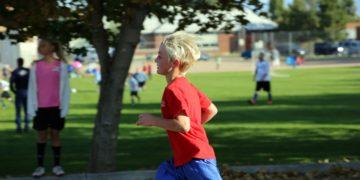criança-correndo-parque-sedentarismo