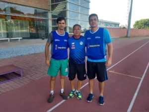 Juninho posa ao lado do instrutor Kiyoshi e de colega professor no treinamento da CBAt nível I