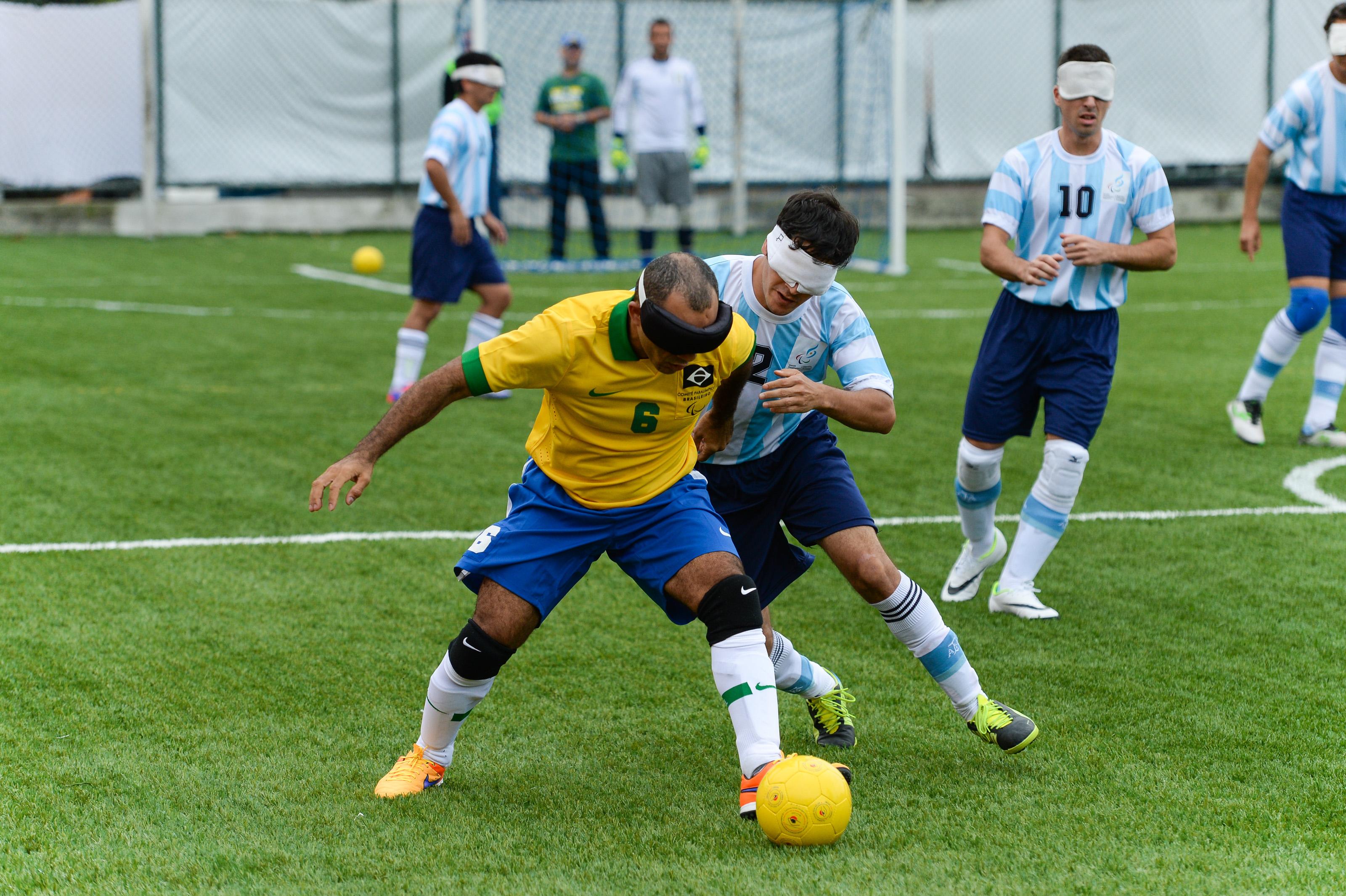 Brasil e Argentina disputam partida de futebol de cinco