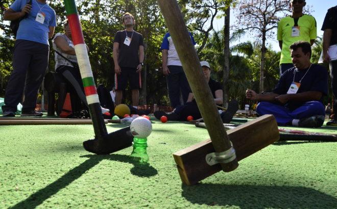 Ensine o golfe de maneira improvisada, barata e divertida