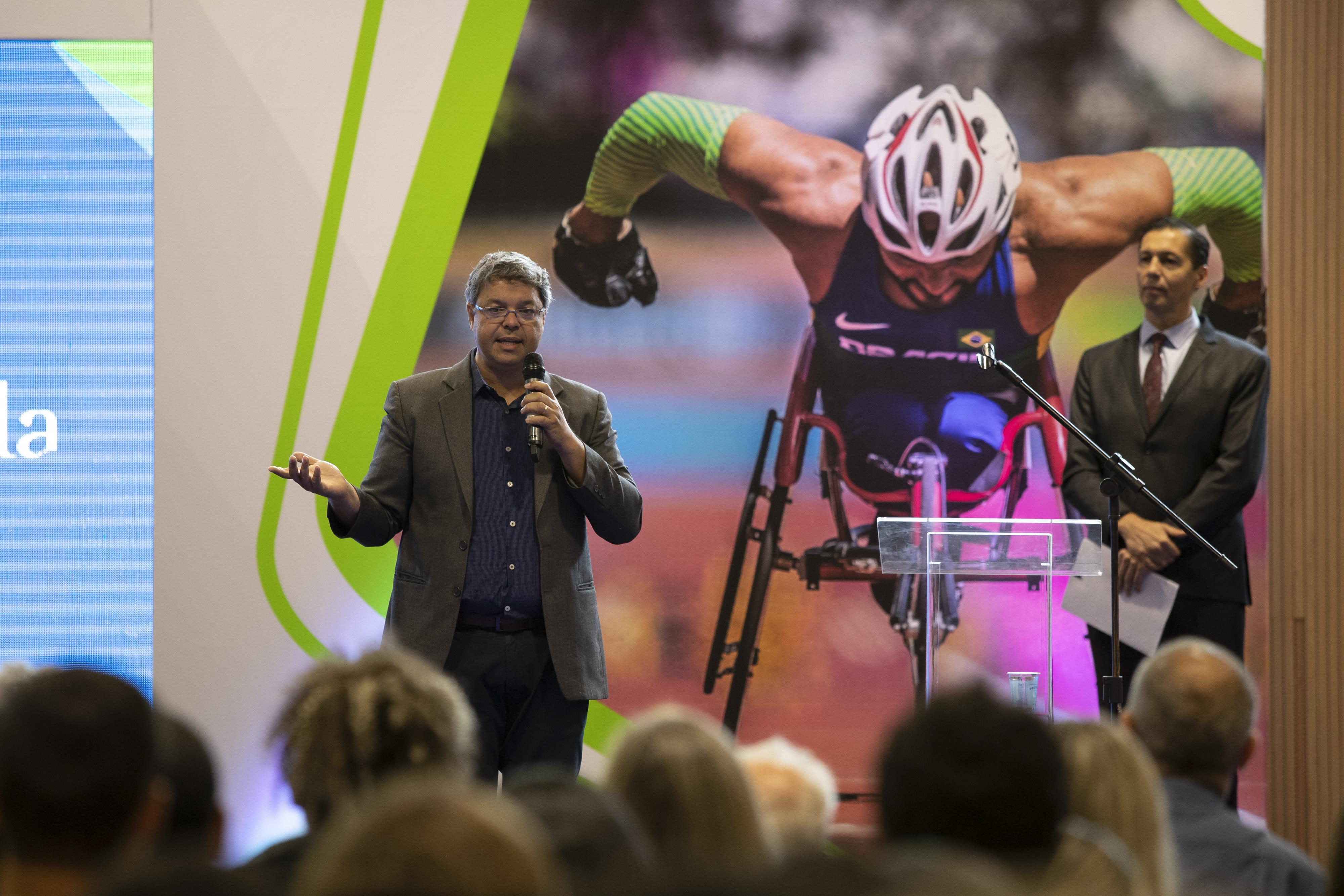 Vanderson Berbat, diretor do Impulsiona, discursa no lançamento do curso de esportes Paralímpicos