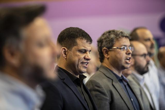 O diretor do Impulsiona, Vanderson Berbat (de óculos), canta o hino nacional ao lado de Mizael Conrado, presidente do CPB
