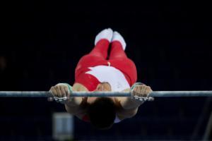 atleta se seguro sobre barra fixa