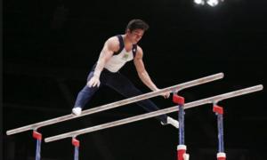 """atleta """"levita"""" sobre duas barras de ferro paralelas, como se tivesse se lançado para o alto"""