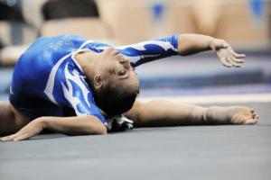 atleta deitada no solo estica todo o corpo para trás