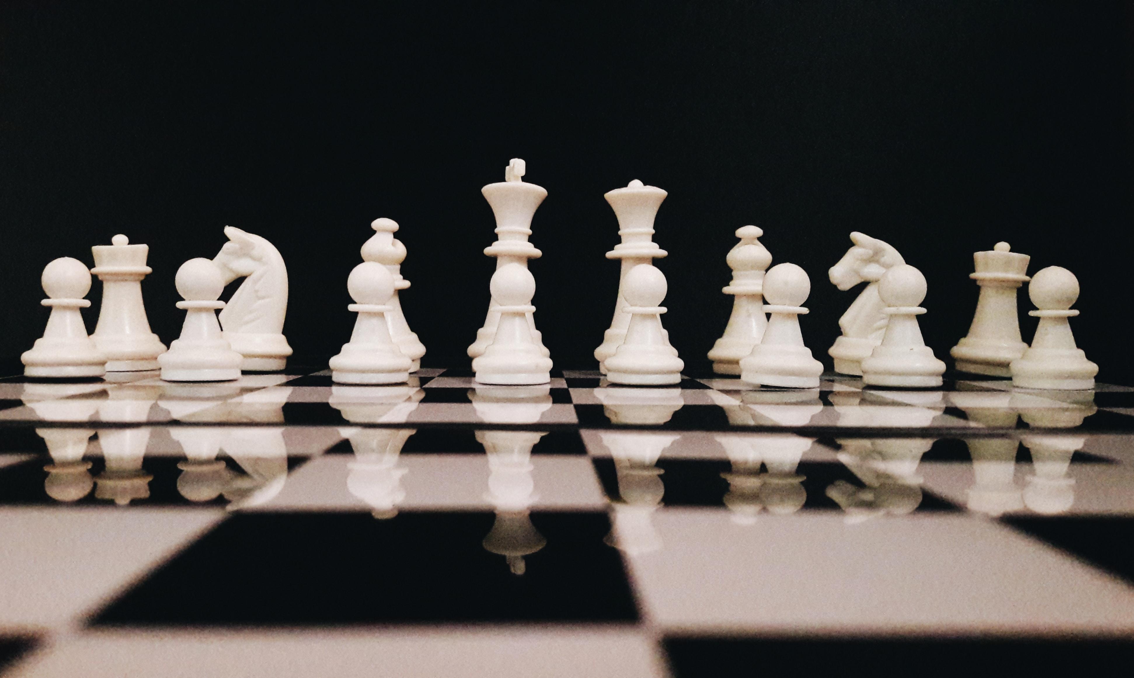 tabuleiro com peças de xadrez distribuídas em suas respectivas posições