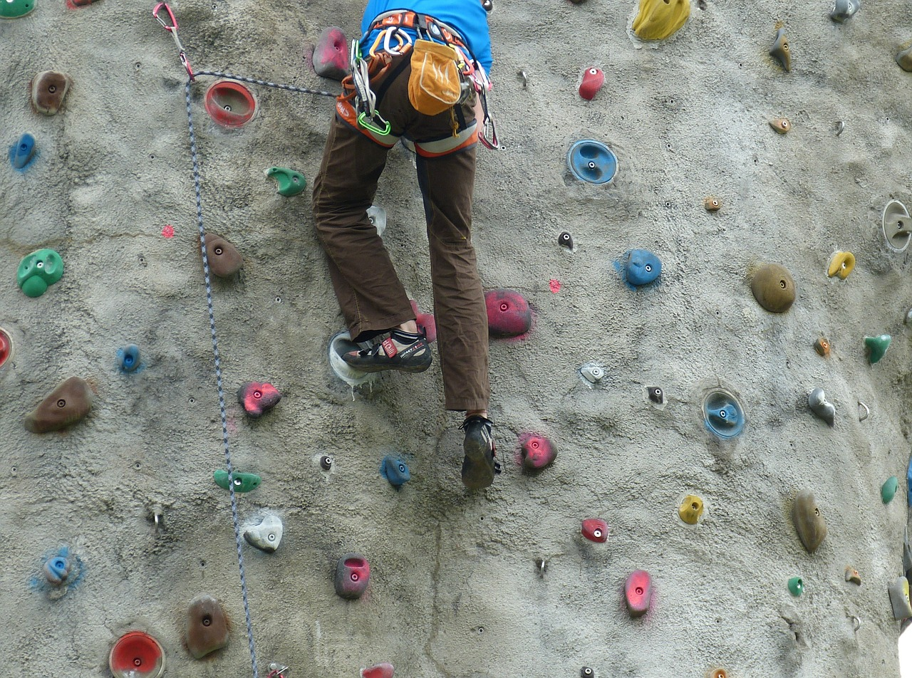 pessoa escala paredão de escalada