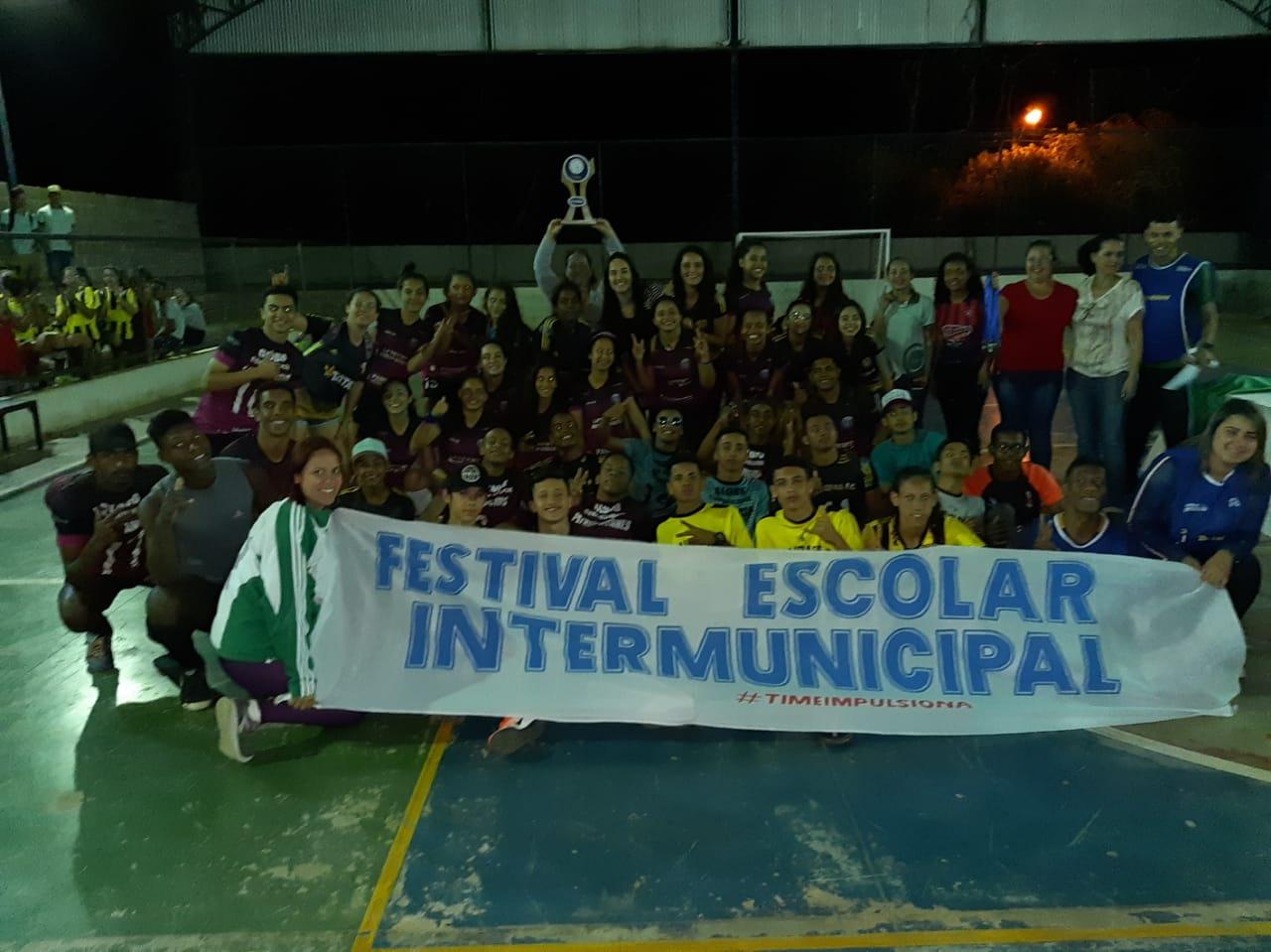 """grupo de alunos segura faixa escrita """"festival escolar intermunicipal #timeimpulsiona"""""""