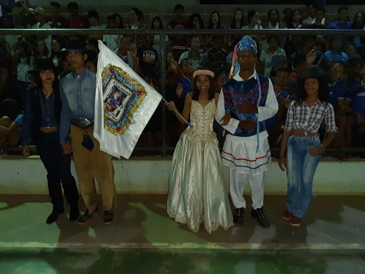 jovens com roupas tradicionais