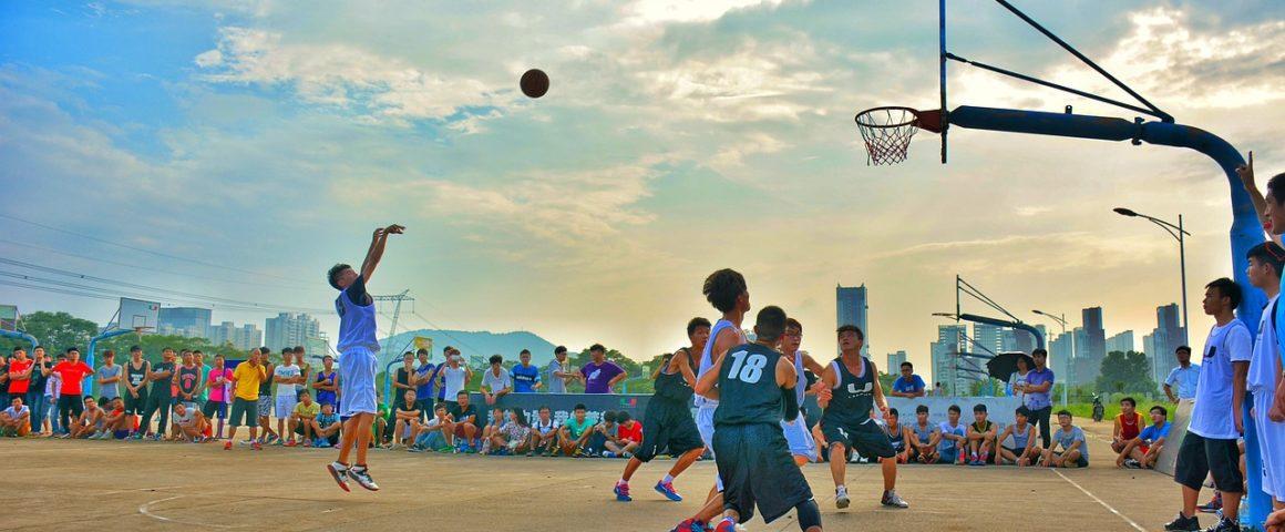 imagem mostra jovens jogando basquete 3x3