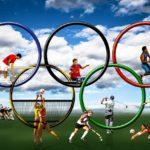 imagem mostra aros Olímpicos com vários atletas praticando diferentes esportes dentro deles