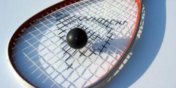raquete e bola de squash