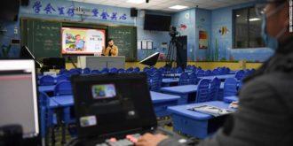 sala de aula vazia com professor sozinho sendo gravado