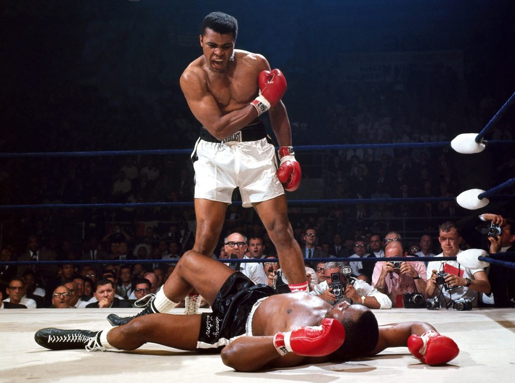 atletas negros ali derrubando oponente e comemorando
