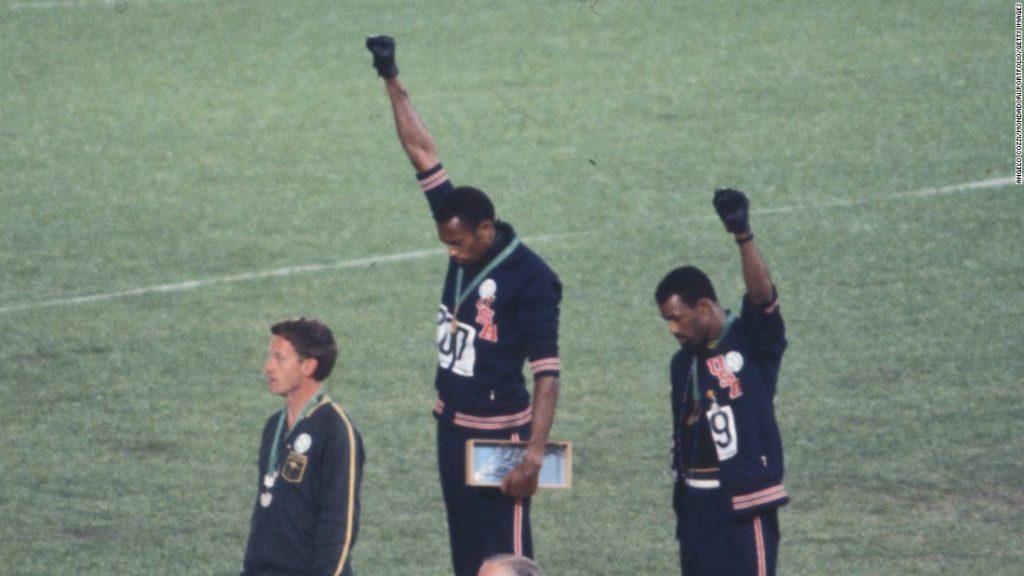 atletas negros símbolo das mãos do movimento panteras negras