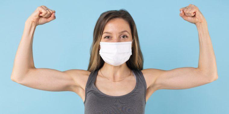 mulher mostra muque usando máscara