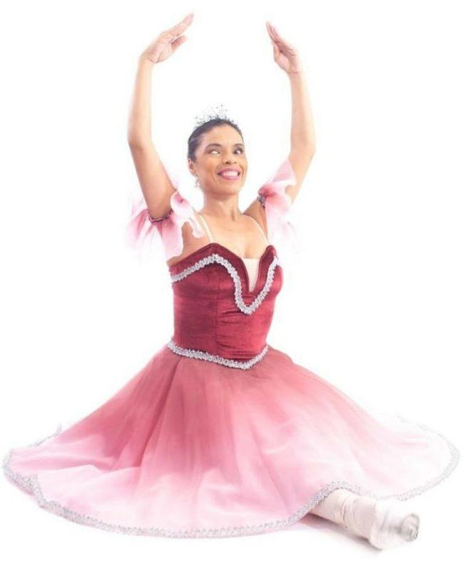 professora gisele com roupa de ballet em posição de dança