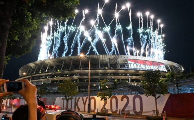 Fogos de artifício no Estádio Olímpico de Tóquio durante a abertura das Paralimpíadas